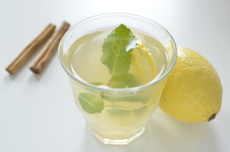 Kruidige-ijsthee-met-kaneel-en-citroen
